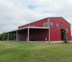 Barn w/living quarters. 2bd & 1 bathroom